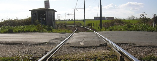 Il passaggio a livello di Via Anguillararese (foto tratta da http://www.orticaweb.it)