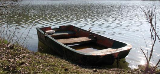 Una delle barche abbandonate in zona La MarmottaUna delle barche abbandonate in zona La Marmotta